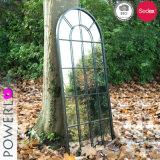 Specchio bianco antico della finestra del giardino