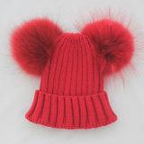毛皮のポンポンの帽子が付いている方法女性の冬によって編まれる帽子