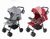 Baby-Spaziergänger mit Baby-Tisch