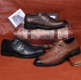 本革の方法人によって指されるつま先の服の革靴