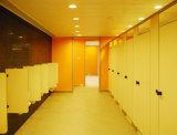 O chuveiro comercial impermeável divide o compartimento para a escola