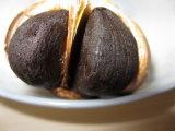 Intero aglio nero con attenzione selezionato con squisito impaccato