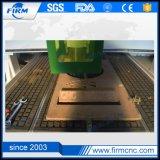 Madeira do CNC que trabalha cinzelando a máquina