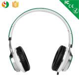 耳によってワイヤーで縛られるかわいい子供のヘッドホーンの3.5mmのステレオ