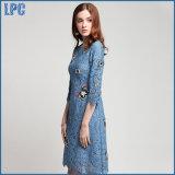 Le farfalle blu del merletto hanno ricamato il vestito dalla ragazza di modo
