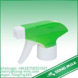 Spruzzatore verde di plastica di innesco del giardino nella figura differente