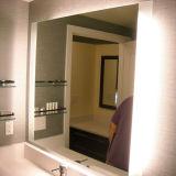Nous miroir de vanité électrique éclairé à contre-jour allumé par DEL de salle de bains d'hôtel
