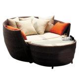 家具のテラスのバリ島のおおいのおおいが付いている柳細工の屋外の庭浜のソファーベッドの藤の円形のラウンジ