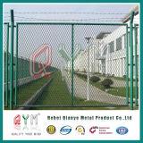 有刺鉄線が付いている空港の保安の塀または空港チェーン・リンクの塀