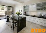 黒いBentchの上の食器棚(BY-L-62)との白く高い光沢のある終わり