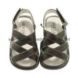 Il bambino calza i sandali del bambino