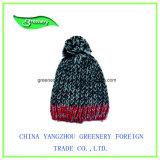 Chapéu cinzento e vermelho relativo à promoção do Knit do inverno