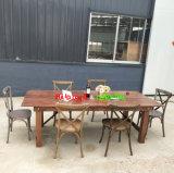 屋外の庭のマツ木の宴会でもてなす農場のイベントのダイニングテーブル