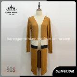 縞で飾られた女性は長距離回線部門カーディガンの塵払いのコートを編んだ