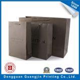 ブラウンハンドルが付いているカラーによって印刷される白いクラフト紙のショッピング・バッグ