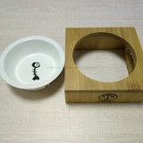 Ciotola dell'animale domestico di legno e della ceramica