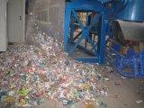 La botella inútil del PVC recicla la línea