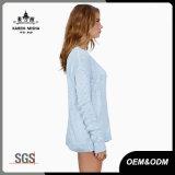 女性のセクシーなピンク及び青く長い袖のセーター