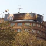 Le bâtiment sur le toit de la publicité incurvée Prisma Billboard