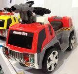 Conduite neuve de gosses sur le véhicule de police avec le canon d'eau