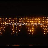 クリスマスLEDの豆電球と結婚する屋外の黄色いつららライト