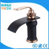 Colore nero con il rubinetto dorato del bacino del miscelatore del bacino della Rosa