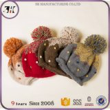 다채로운 뜨개질을 한 크로셰 뜨개질 모자 양털에 의하여 일렬로 세워지는 케이블 POM POM 베레모