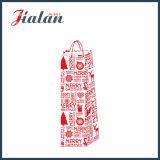 Bottiglia di vino di natale con i sacchi di carta di timbratura caldi del regalo di acquisto