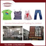 Les chemises des hommes utilisés neufs exportées vers l'Afrique