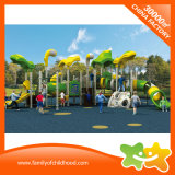 La grande strumentazione del parco di divertimenti della stazione del gioco di bambini fa scorrere per la sosta
