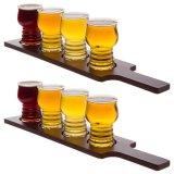Bandeja de madeira da cerveja com 4 vidros do demonstrador