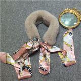 Popuarの女性は冬のスカーフを暖める