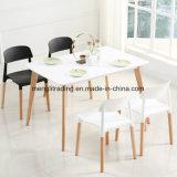 Пластиковый обеденный стул с деревянной опоры