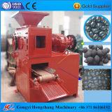 Carvão amassado do carvão vegetal que faz a máquina com forma diferente dos carvões amassados