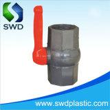 A extremidade rosqueada octogonal de PVC as válvulas de esfera