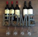 Cremalheira fixada na parede do vinho do metal preto com armazenamento da cortiça