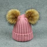 O tampão bonito com as senhoras grandes da esfera da pele fêz malha o Beanie do Pompom do chapéu
