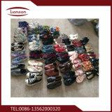 Profissional que classifica vendas de sapatas usadas