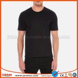 Gli uomini neri di assorbimento dell'umidità di colore mettono la maglietta in cortocircuito del manicotto