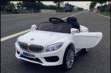 Il giro Four-Wheel-Drive sul giocattolo scherza l'automobile elettrica