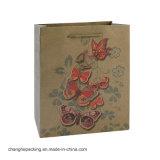 くまの美しい衣類の靴のズボンの化粧品の茶クラフト紙袋