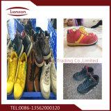 Fachmann, der Verkäufe der verwendeten Schuhe sortiert