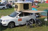 SUVのキャンピングカートレーラーのテントのキャンプ車の屋根の上のテント
