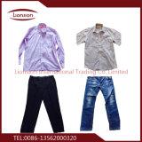 Le pantalon utilisé vient du marché d'habillement utilisé par sud de la Chine