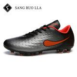 Seiten-Mann-im Freiensport-Fußball-Schuhe mit dem Nagel rutschfest