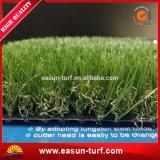 Neuester Rasen, der gefälschtes Gras für Garten landschaftlich verschönert
