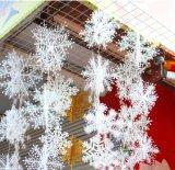 Il natale d'argento orna - ornamenti d'argento di scintillio - gli alberi d'argento, i fiocchi di neve d'argento ed i segni d'argento di Buon Natale - amo delle decorazioni di natale