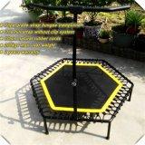 La carrocería adulta salta el trampolín/el trampolín estupendo del salto con una correa llena/los trampolines del amortiguador auxiliar