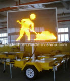 De aanhangwagen zet de MiddenVerkeersteken van het Bericht van de Grootte Veranderlijke voor het Beheer en de Controle van het Verkeer op