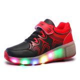 中国製工場LED子供のスポーツのスニーカーの最もよい品質のローラーのための軽いローラースケートの靴は在庫か順序の安い価格に蹄鉄を打つ